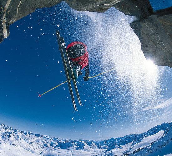 Sciare sulle montagne ad alta quota in svizzera
