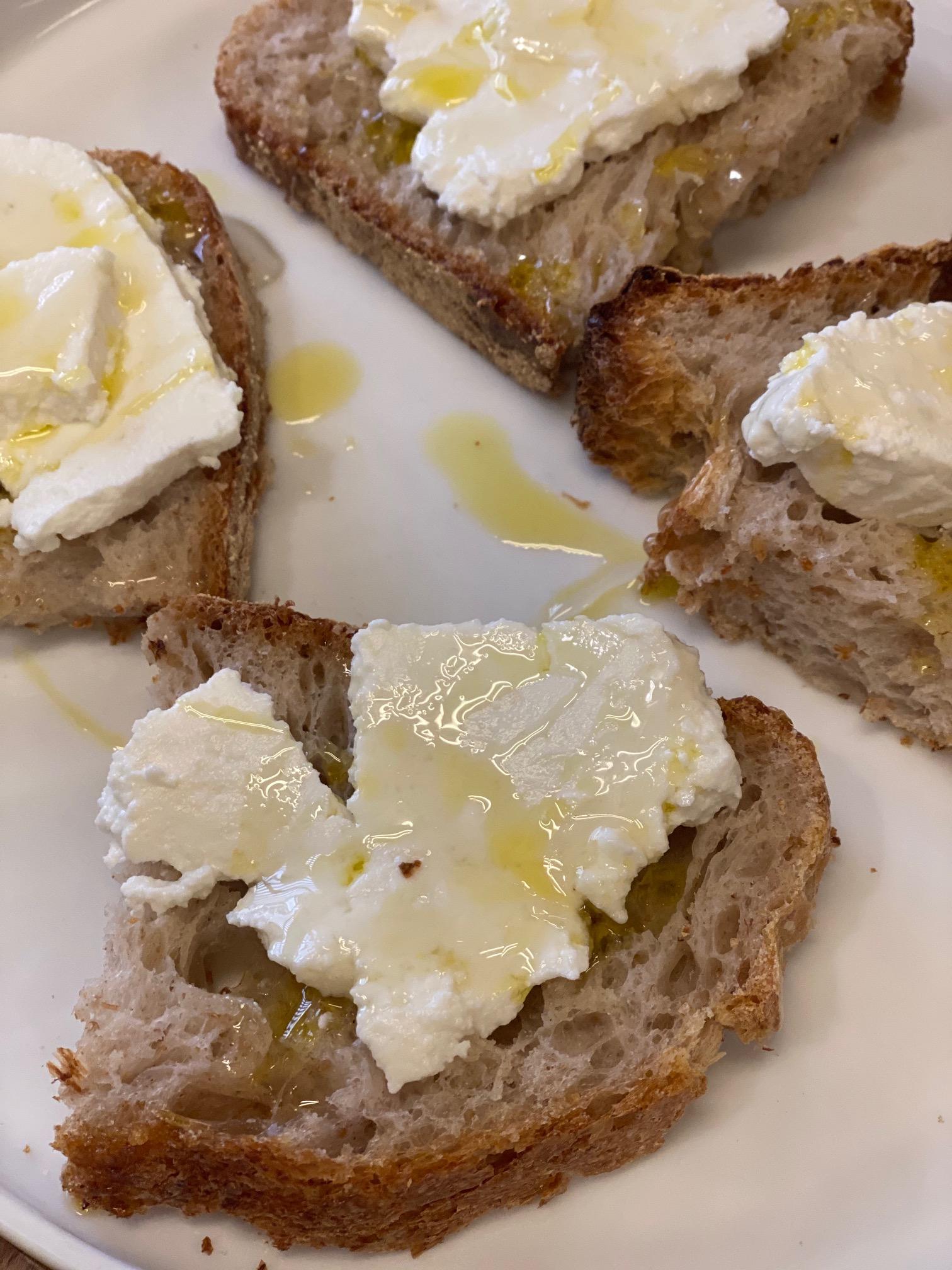 Pane con ricotta e miele d'arancia Cresci